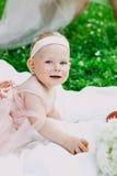 Kleutertijd en leeftijdsconcept mooie gelukkige baby in roze kleding in park het spelen stock afbeelding