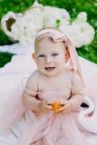 Kleutertijd en leeftijdsconcept mooie gelukkige baby in roze kleding in park het spelen royalty-vrije stock foto's