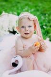 Kleutertijd en leeftijdsconcept mooie gelukkige baby in roze kleding in park het spelen stock fotografie