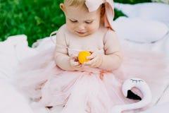 Kleutertijd en leeftijdsconcept mooie gelukkige baby in roze kleding in park het spelen stock foto's