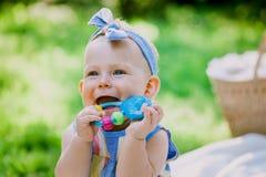 Kleutertijd en leeftijdsconcept mooie gelukkige baby in roze kleding in park het spelen royalty-vrije stock foto