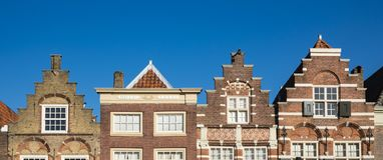 Klev gavelhus i Nieuwstraat Dordrecht Och gjort denna liten stadk?nself?rnimmelse ett stor st?rre arkivbild