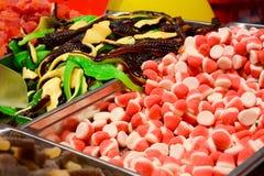 kleverig suikergoed bij de markt stock afbeeldingen