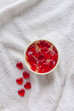 Kleverig suikergoed in een vaas op witte doek Stock Foto's