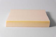 Kleverig van de Achtergrond nota'sblocnote Geel Vierkant Wit Bureausupplement stock foto