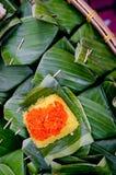 Kleverige die rijst in banaanblad wordt verpakt stock foto's