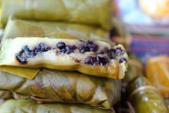 Kleverige die rijst in banaanbladeren wordt verpakt - dessert Thailand Stock Foto's