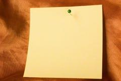 Kleverige document nota met speld Stock Fotografie
