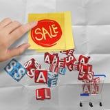 Kleverige nota met verkoopwoord en 3d boodschappenwagentjeverkoop op verfrommeld Royalty-vrije Stock Afbeeldingen