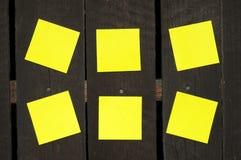 Kleverige nota's over een houten muur Royalty-vrije Stock Foto's