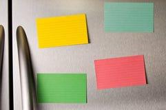 Kleverige nota's over koelkastdeur Stock Afbeelding