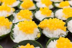 Kleverige rijst in het bovenste laagje van de kokosnotenroom met de ballen van de eierdooierzachte toffee Stock Afbeelding