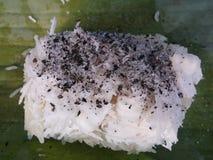 Kleverige rijst met kokosnoot, sesam en suiker stock afbeelding