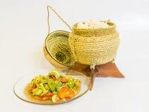 Kleverige rijstcontainer en Somtam Stock Fotografie