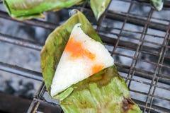Kleverige rijsttoost met bataat op houtskoolfornuis royalty-vrije stock fotografie