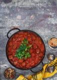 Kleverige sesamvleesballetjes met tomatensaus Stock Fotografie