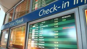 Πίνακας ανακοινώσεων πτήσης στο τερματικό αναχωρήσεων KLIA απόθεμα βίντεο