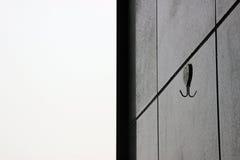 Klibba kroken på väggen arkivfoton