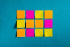 Klibbar anmärkningspapper på väggen fotografering för bildbyråer