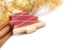 klibbar kanelbrun prydnadred för jul treen Royaltyfri Bild