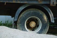 Klibbat i det smutsiga hjulet för sand av en lastbil royaltyfria foton