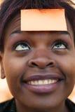 klibbig affärskvinnaanmärkning Arkivbild