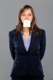 klibbig affärskvinnaanmärkning Arkivbilder