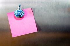 Klibbig anmärkning för påminnelse på kylskåpet arkivfoto