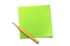 Klibbig anmärkning och blyertspenna Arkivbild