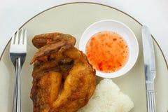 Klibbig rice med stekt kyckling Arkivfoto