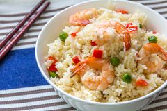 Klibbiga Fried Rice With Shrimp och grönsaker Royaltyfri Fotografi
