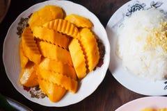 Klibbiga ris för mango i den vita maträtten Arkivbild
