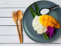 Klibbiga ris för thailändsk efterrättmango Royaltyfri Fotografi