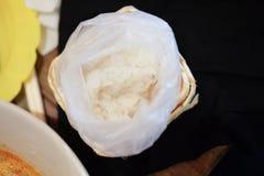Klibbiga ris i ask för klibbiga ris Royaltyfria Bilder