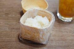 Klibbiga ris i ask för klibbiga ris Fotografering för Bildbyråer