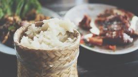 Klibbiga ris i ask på thailändsk gatamat marknadsför Arkivbild