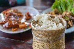 Klibbiga ris i ask på thailändsk gatamat marknadsför Royaltyfria Foton