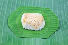 Klibbiga ris med ångad vaniljsås på banansidor, söta klibbiga ris, thailändsk söt efterrätt, Royaltyfri Fotografi