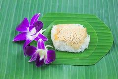 Klibbiga ris med ångad vaniljsås på banansidor, söta klibbiga ris, thailändsk söt efterrätt, Arkivfoto