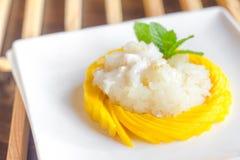 Klibbiga ris med den nya mango arkivbilder