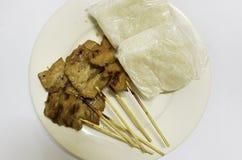 Klibbiga ris med griskött på maträtten Arkivbilder