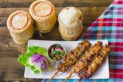 Klibbiga ris med grisköttsteknålen royaltyfri bild