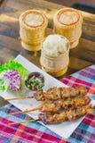 Klibbiga ris med grisköttsteknålen Arkivfoton