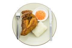Klibbiga ris med stekt kyckling som isoleras på vit bakgrund Royaltyfri Foto