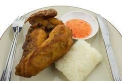 Klibbiga ris med stekt kyckling som isoleras på vit bakgrund Fotografering för Bildbyråer
