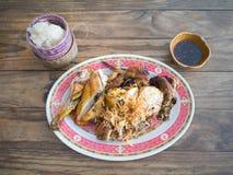 Klibbiga ris och grillad höna med doppa sås på träflik royaltyfri fotografi