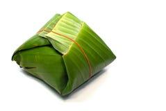 Klibbiga ris som slås in i banansidor Arkivbild