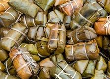 Klibbiga ris som täckas i bananblad, eller klibbiga ris och banan Th Arkivfoto