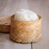 Klibbiga ris, thailändska klibbiga ris i bambuen trägammal stil boxas Arkivbild