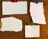 Klibbigt noterar på gammal pappers- bakgrund Royaltyfri Foto
